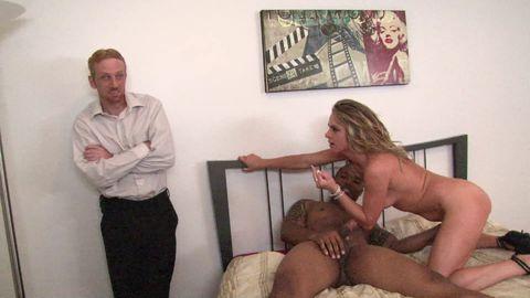 Son mari impuissant, la regarde se faire baiser par un black