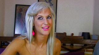 Cette belle blonde à gros seins va se faire démonter
