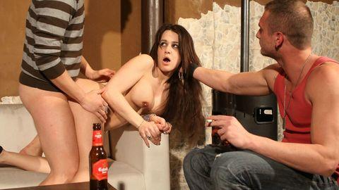 Sur le bar avec une bouteille dans le cul pour payer l'ardoise !