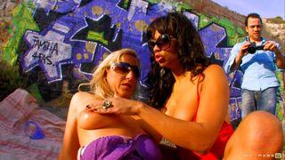 Two trash lesbians fist their pussy
