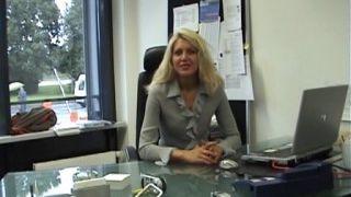 Une secrétaire qui prend du bon temps