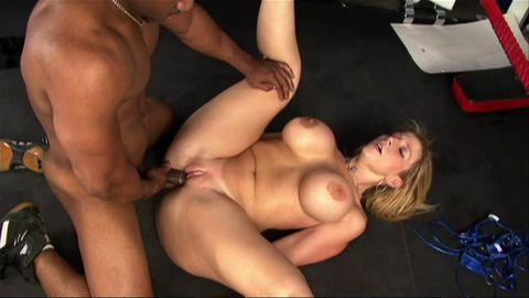 Une blonde à gros seins se fait mettre KO sur le ring!