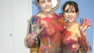 Danni et Cristal font de la peinture sur corps