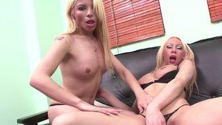 Deux blondasses se frottent le manche
