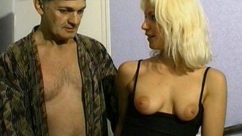 Bonniche baisée devant un vieux pervers !