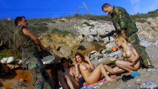 Les bidasses: Grosse orgie à la plage