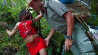 Indiana Jorge délivre une fille et la tire