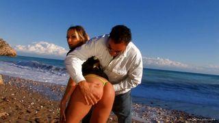 Jolie poupée se fait déboiter à la plage