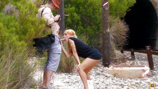 Une jolie blonde se fait culbuter à la plage